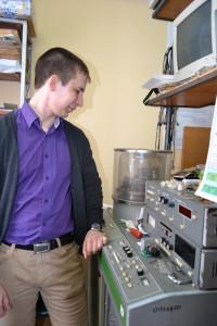 Студент 523 группы (Физика наносистем) Катасонов А.готовит вакуумную установку для получения тонких металлических пленок. Его доклад на 21 Всероссийской конференции студентов-физиков получил диплом первой степени.