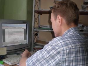 Доцент кафедры ОиЭФ Макаров С.В. работает над статьей в лаборатории Физики металлов и сплавов
