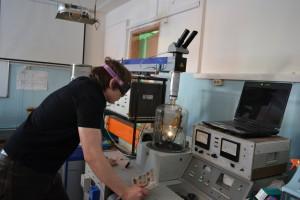 Лазерный комплекс в составе двух мощных лазеров NTS-300 и ЛТН-103 и вакуумной установки ВУП-4. Аспирант Ярцев В. проводит эксперимент по получению тонких углеродных пленок