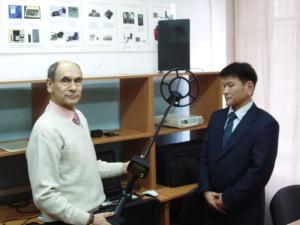 Ректор Ховдского государственного университета (Монголия) Ж. Ванчинхуу (справа) в лабораториях кафедры ПФЭБ