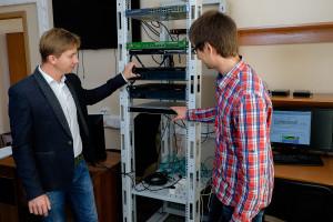 Доцент кафедры ПФЭБ А.В. Мансуров в лаборатории безопасности информационных сетей