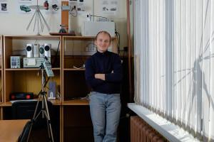 Преподаватель кафедры ПФЭБ П.В. Малинин в лаборатории технических средств защиты информации